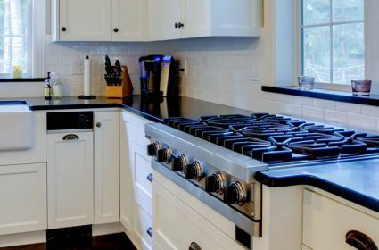 /img/gallery/dark-Granite-Countertops-White-Cabinets-2-425x280.jpg