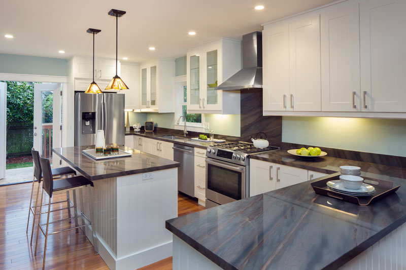 /img/gallery/dark-granite-white-cabinets.jpg